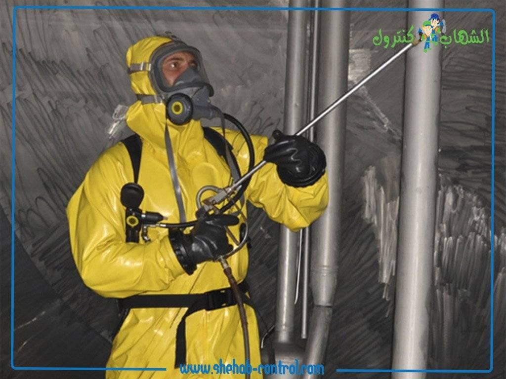تطهير وتنظيف خزانات المياه بواسطة احد المختصين