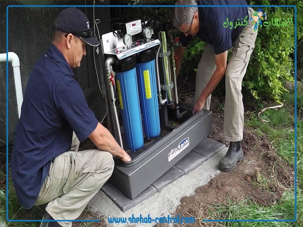 اصلاح خزانات المياه بواسطة عاملان من احد شركات تنظيف وصيانة الخزانات